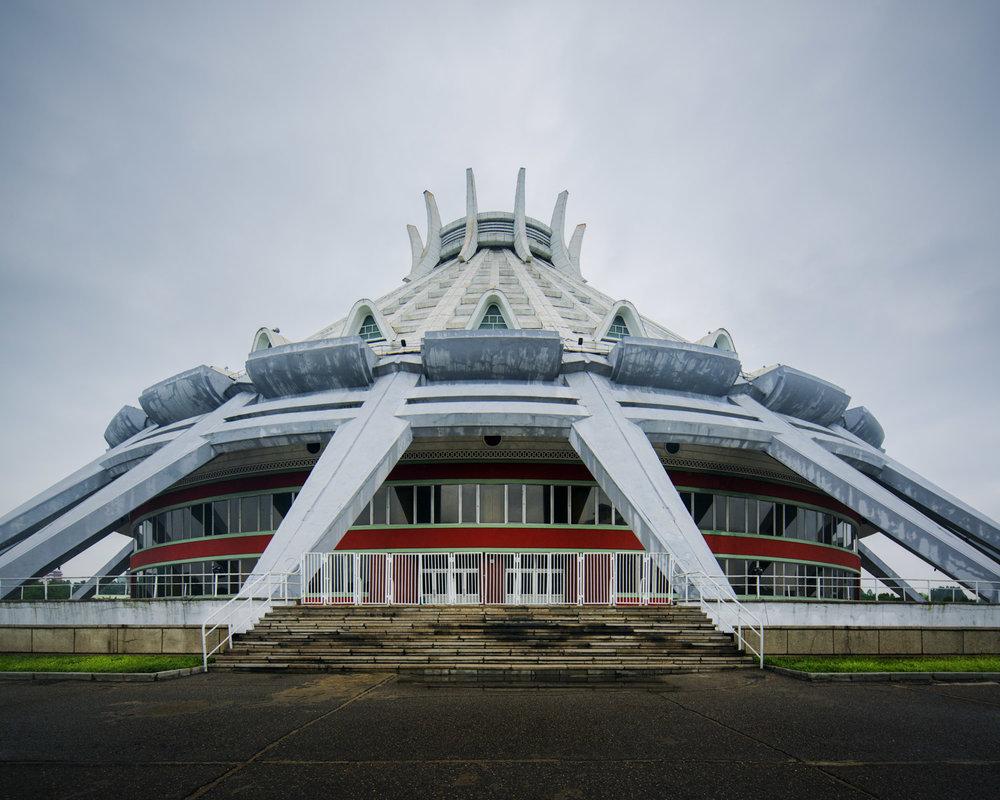 Budynek w kształcie ostrosłupa