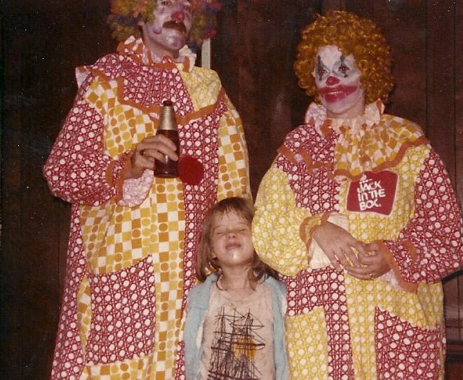 Dwa żółto czerwone klauny z dziewczynką