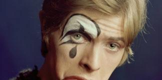 Blondyn z namalowanym na połowie twarzy wizerunkiem klauna