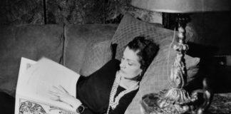Kobieta leżąca na łóżku przeglądająca książkę