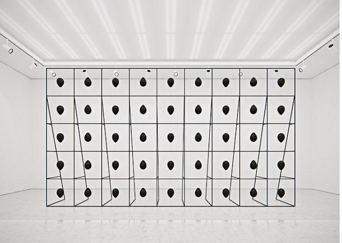 Czarne balony w strukturze złożonej z metalowych kwadratów.