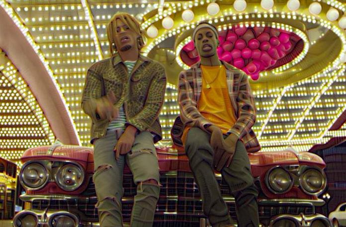 Dwóch mężczyzn siedzacych na masce samochodu