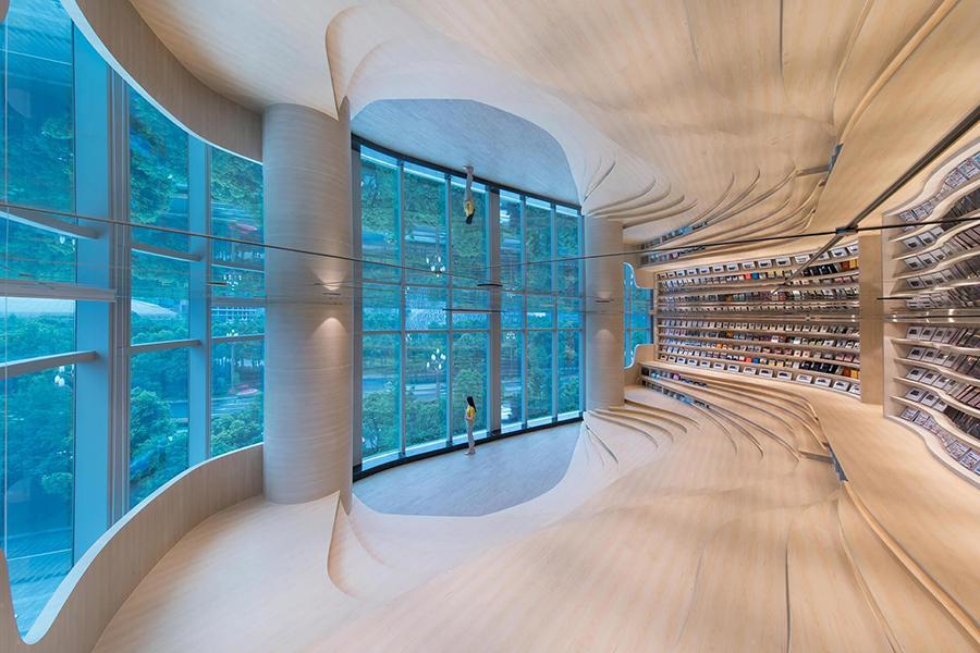 Jasne wnętrze księgarni z dużymi oknami