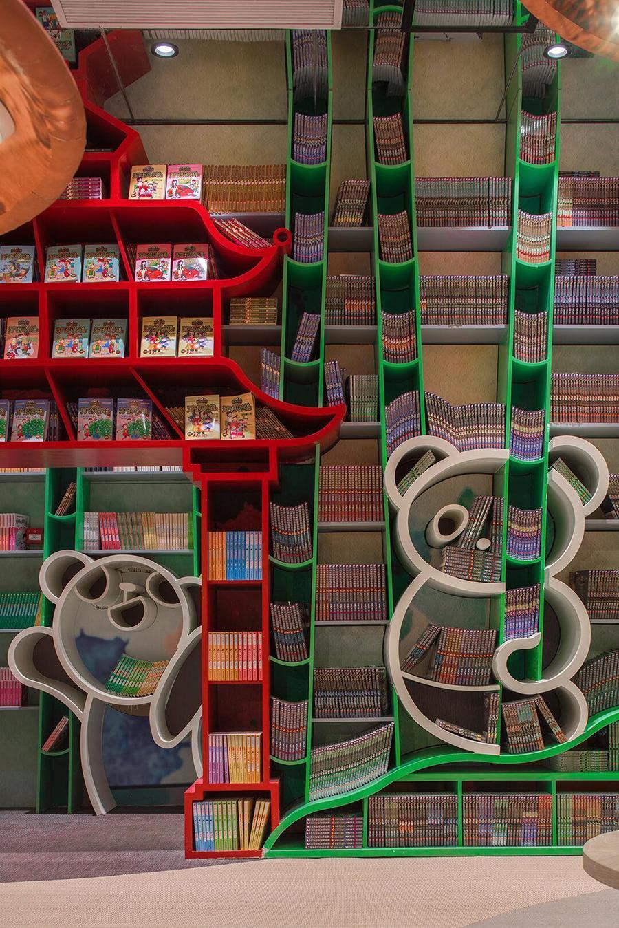 Wnętrze księgani z pułkami w kształcie chińskich wież oraz pand