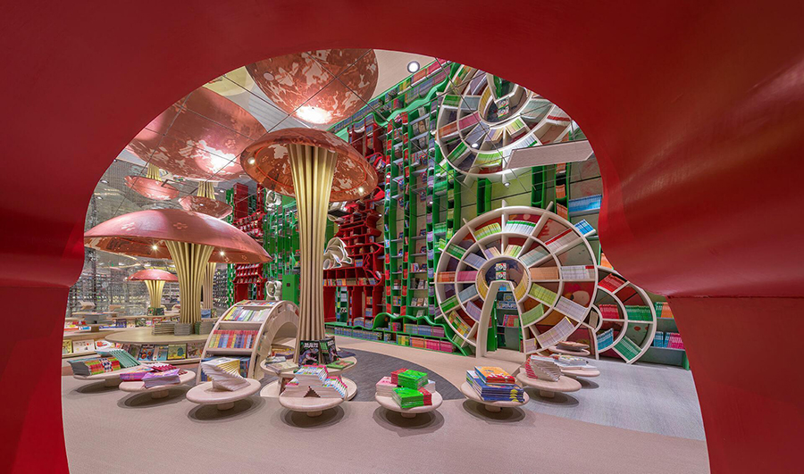 Czytelnia dla dzieci w kolorowymi półkami i lampami w kszatłcie grzybów