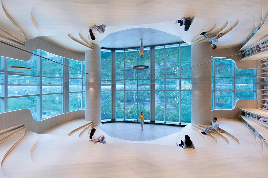 Jasne, futurystyczne wnętrze księgarni
