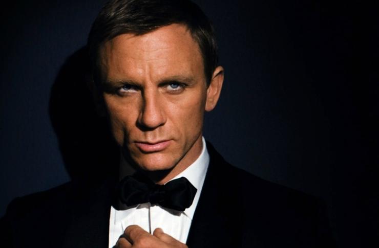 Mężczyzna ubrany w smoking na czarnym tle