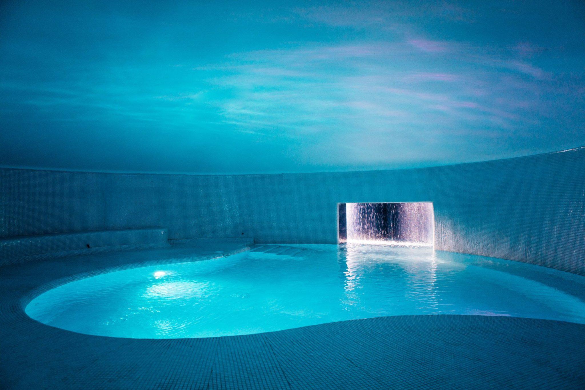 Kryty, podświetlony basen w skale