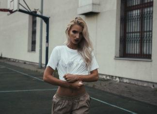Dziewczyna w krótkich spodenkach i białej koszulce lekko odsłaniającej brzuch