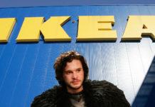Postać z serialu Gra o Tron na tle budynku z napisem IKEA