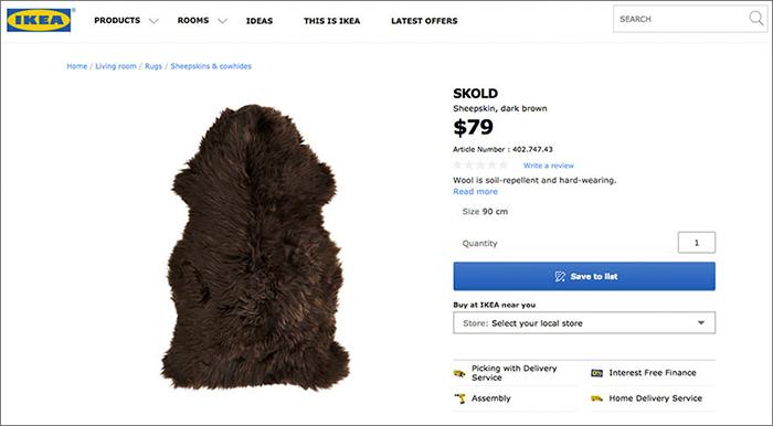 Screen ze strony internetowej Ikei z futrzanym dywanikiem SKOLD