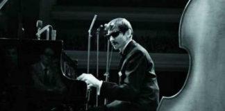 Czarno-białe zdjęcie mężczyzny grającego na fortepianie