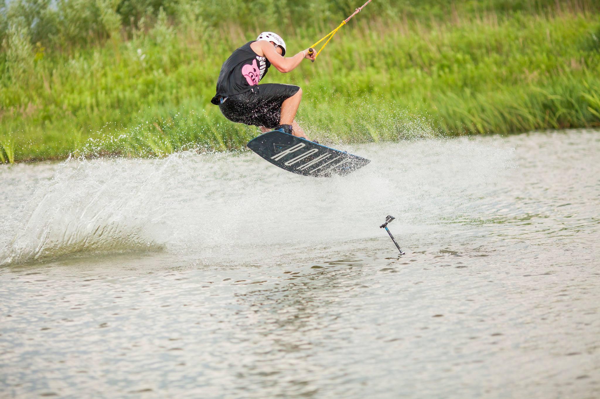 Mężczyzna na wakeboardzie na wodzie