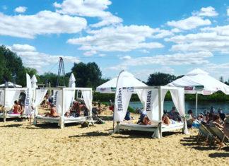 Plaża ze stanowiskami do leżenia, parasolami i leżakami