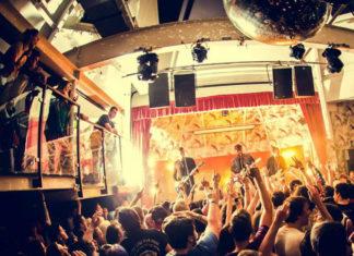 Widok sali wypełnionej ludźmi na koncercie
