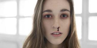 Portret dziewczyny z podkrążonymi oczami i krwią z nosa