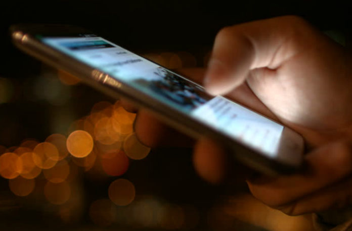 Zbliżenie na telefon trzymany w dłoni