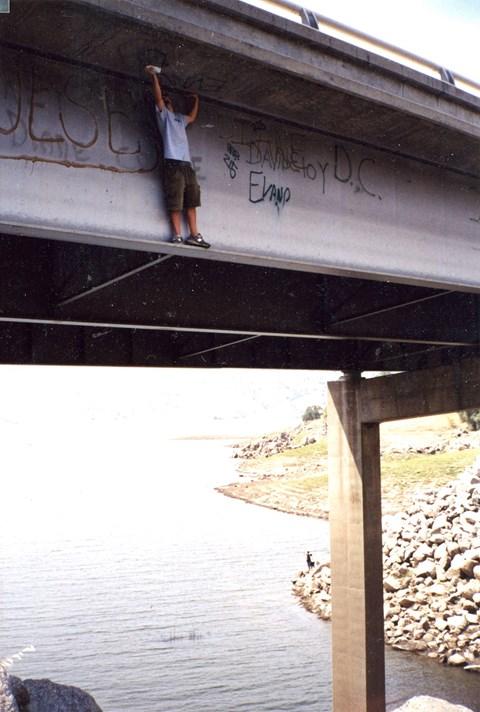 Graficiarz malujący most