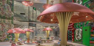 Czytelnia dla dzieci z lustrzanym sufitem i konstrukcjami w kształcie grzybów.