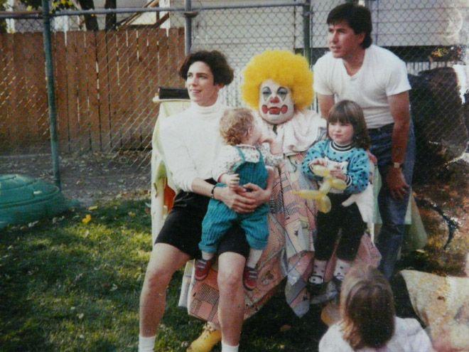 Klaun z żółtą peruką z rodziną.