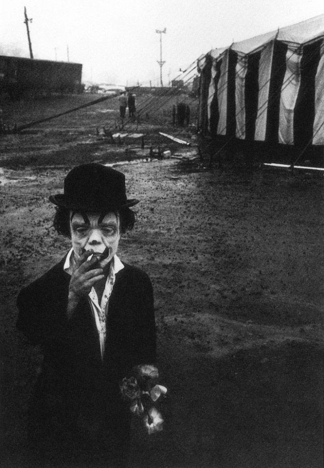 Klaun palący papierosa.