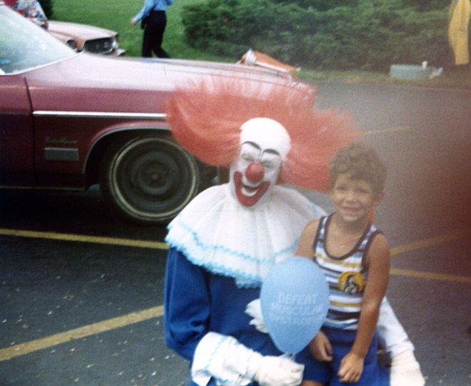 Szalony klaun z dzieckiem.
