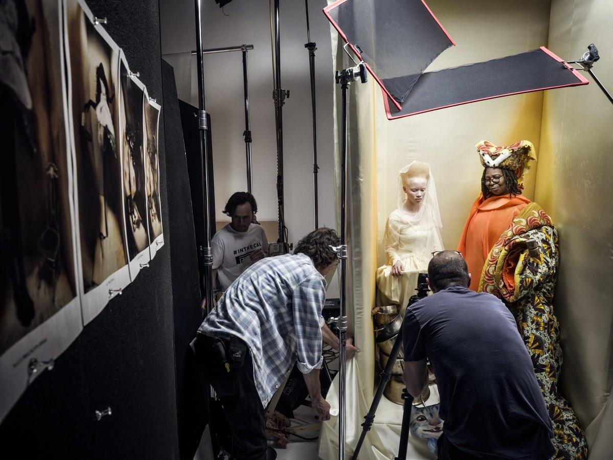 Zdjęcie zza kulis prezentujące ekipę fotograficzną i modelkę w tle