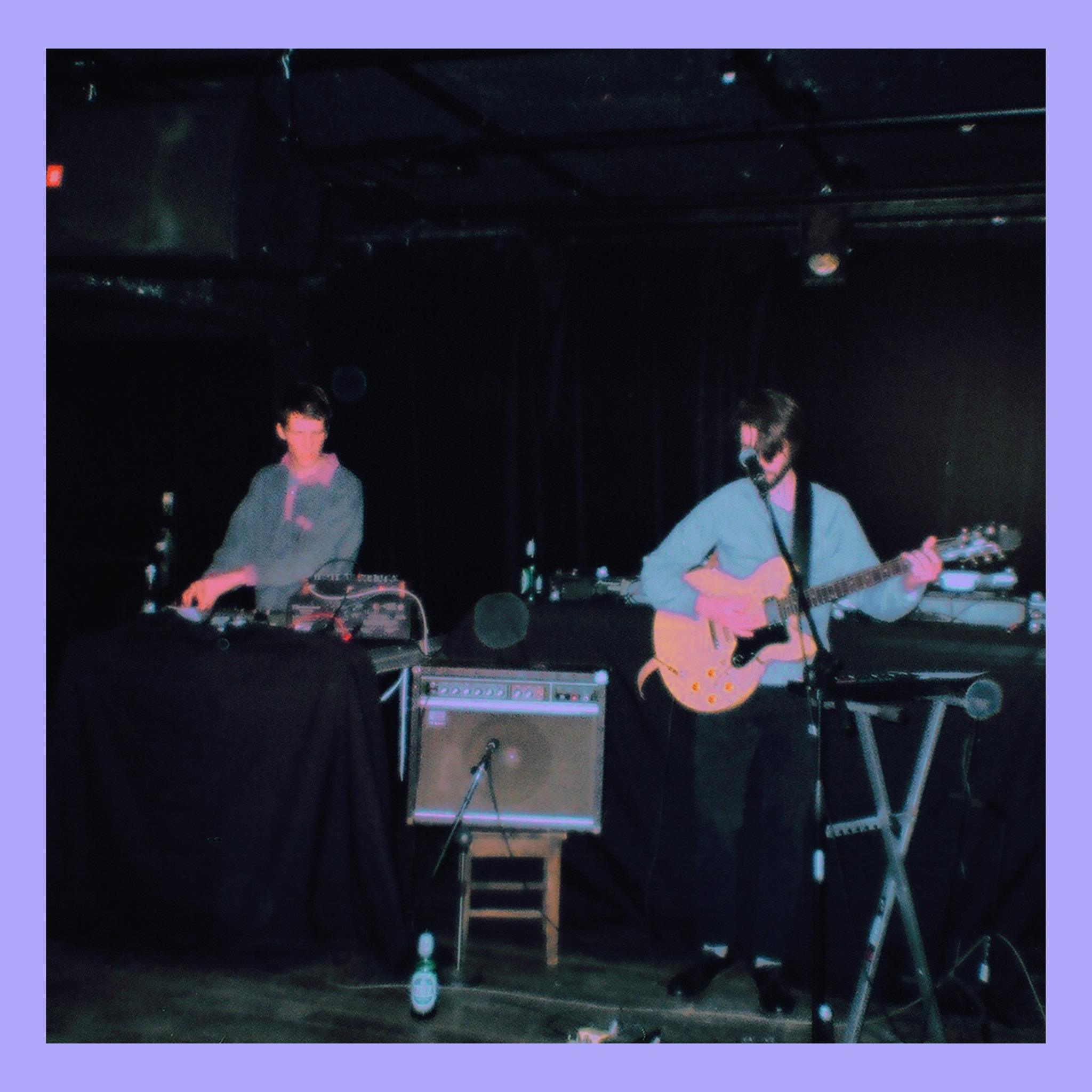 Kadr z koncertu, dwóch mężczyzn na scenie