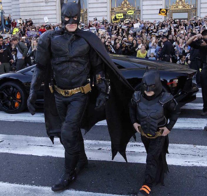 mały chłopczyk z dorosłym mężczyzną przebrani za Batmana na ulicy San Francisco