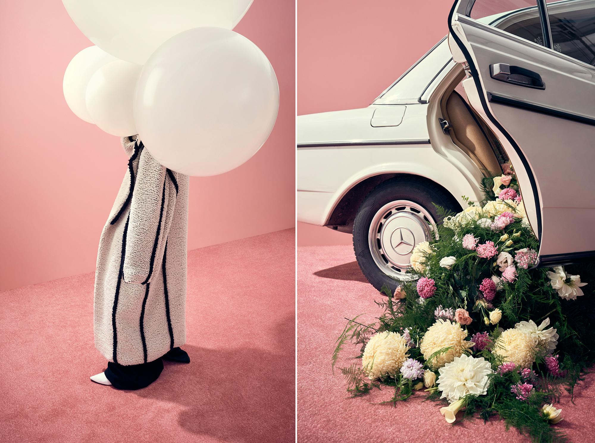 Jedno zdjecie polaczone z dwoch na kazdym wystepuje rozowe tlo i rozowy dywan na pierwszym od lewej widac tylko nogi korpus i glowa zasloniete sa duzymi bialymi balonami drugie zdjecie to bialy stary samochod z tylnych drzwi wypada mnostwo kwiatow