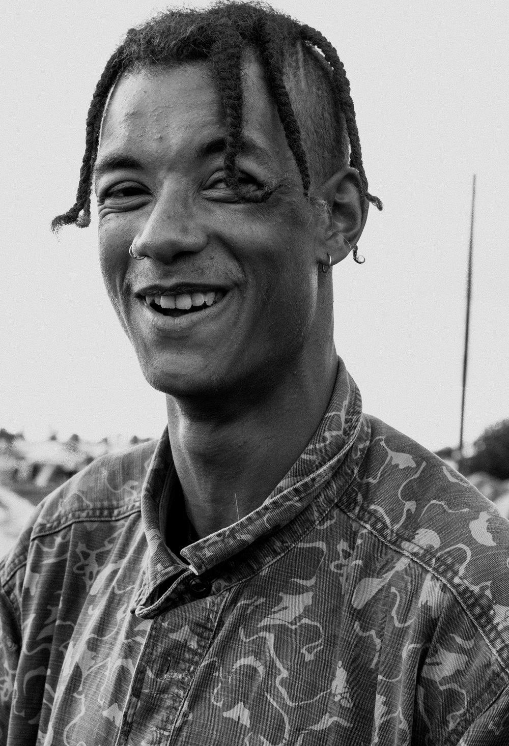 Uśmiechnięty czarnoskóry mężczyzna