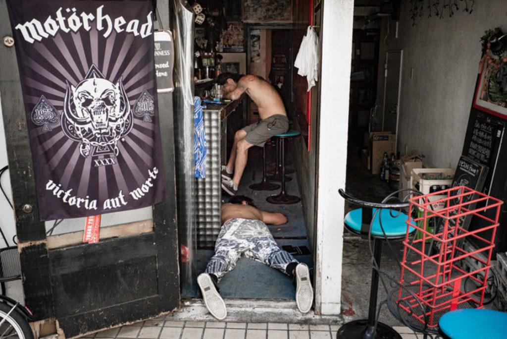 pijany facet leżący na podłodze w barze