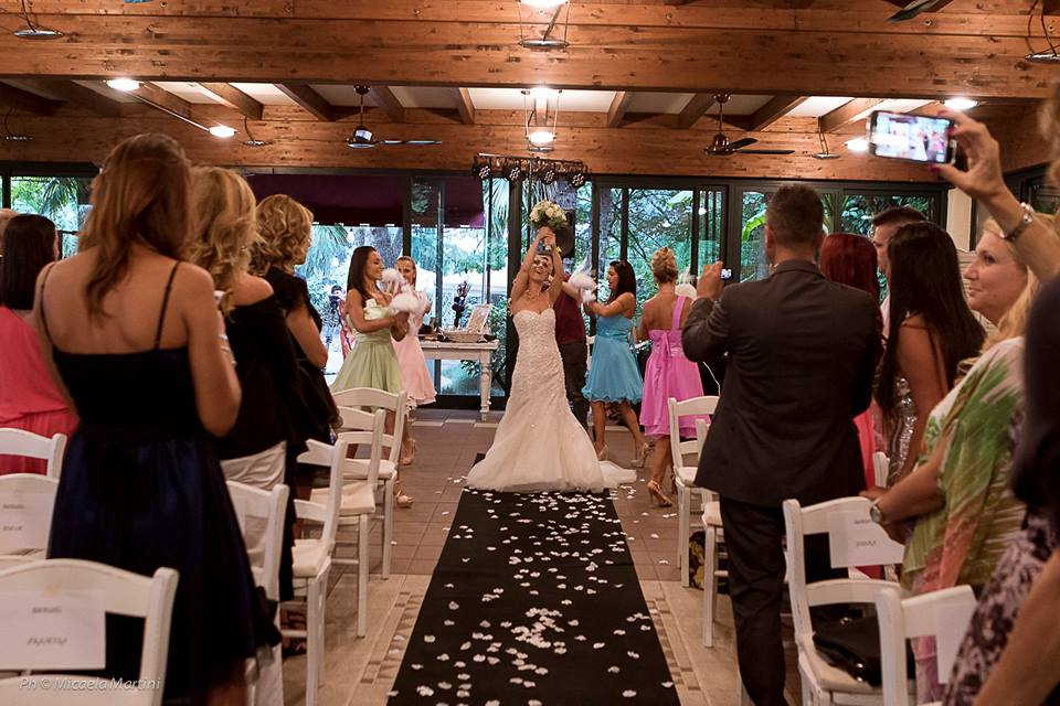 Dziewczyna w sukni ślubnej biorąca ślub