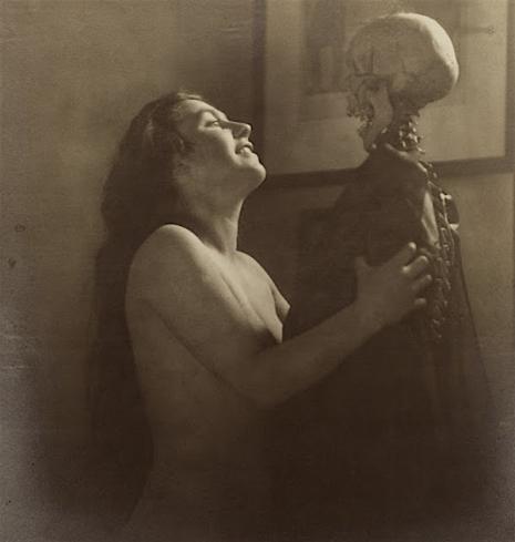 Kobieta obejmująca szkielet