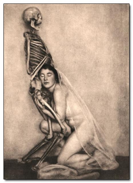 Kobieta przytulająca się do szkieletu