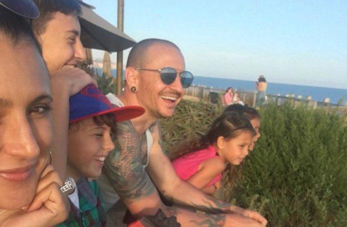 Mężczyzna z rodziną na wakacjach