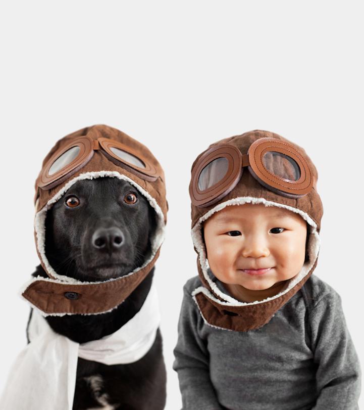 chłopczyk i pies w czapkach wyglądający jak dwójka przyjaciół