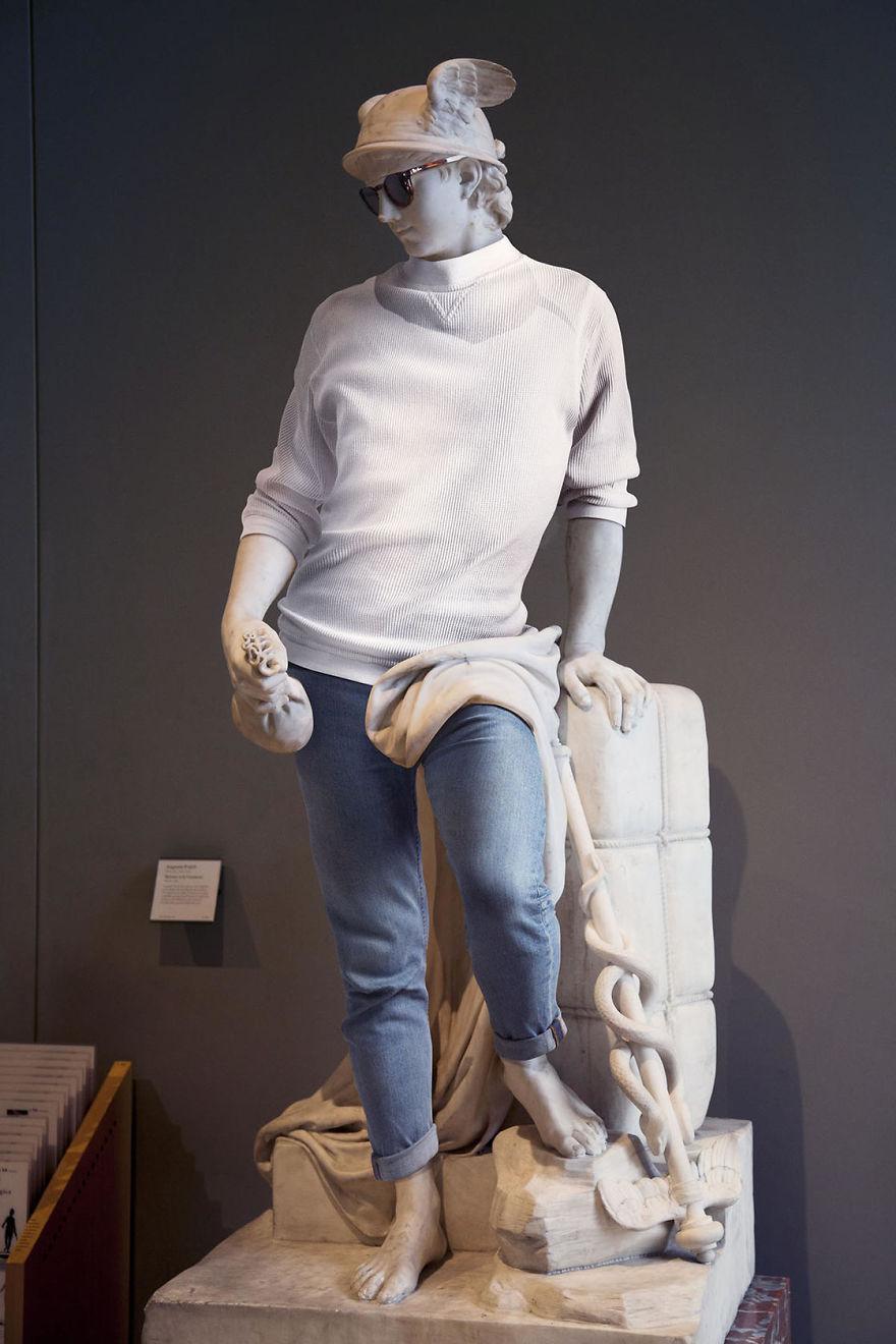 Klasyczna rzeźba ubrana w sweter i jeansy