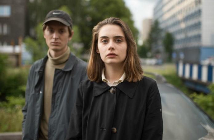 Chłopak i dziewczyna stojący na chodniku