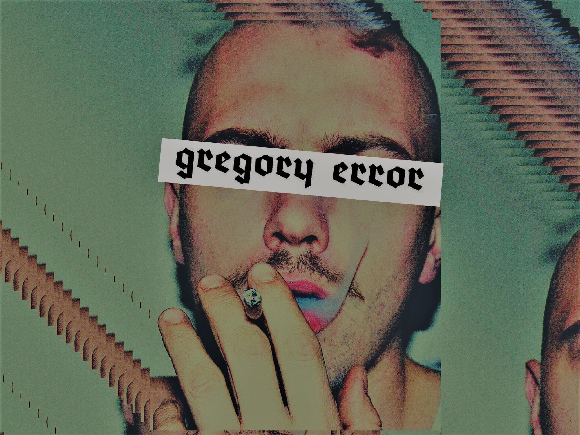 """Łysy mężczyzna pali papierosa, jego oczy są zasłonięte banerem ,,gregory error'""""."""