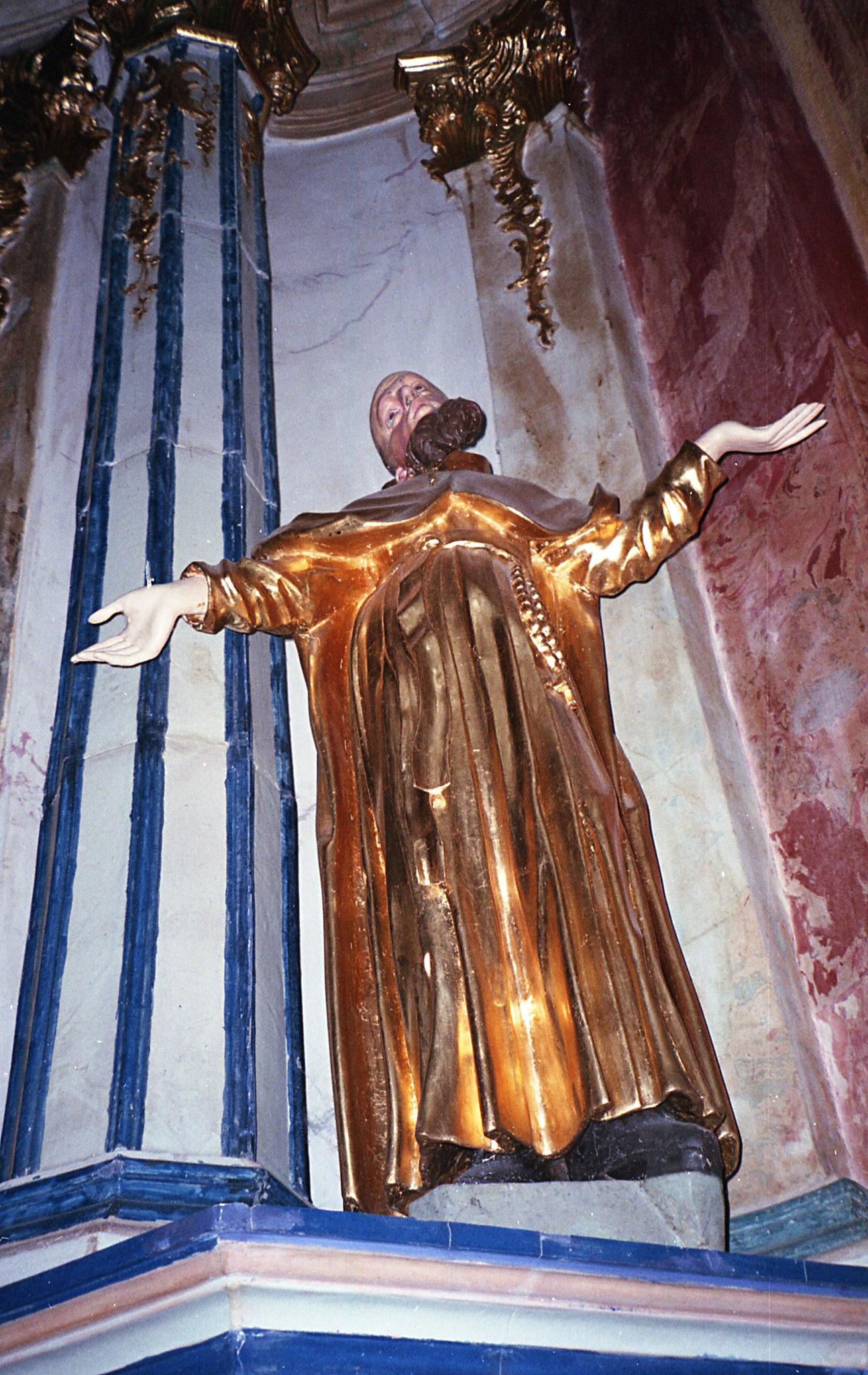 Rzeźba postaci biblijnej w kościele.