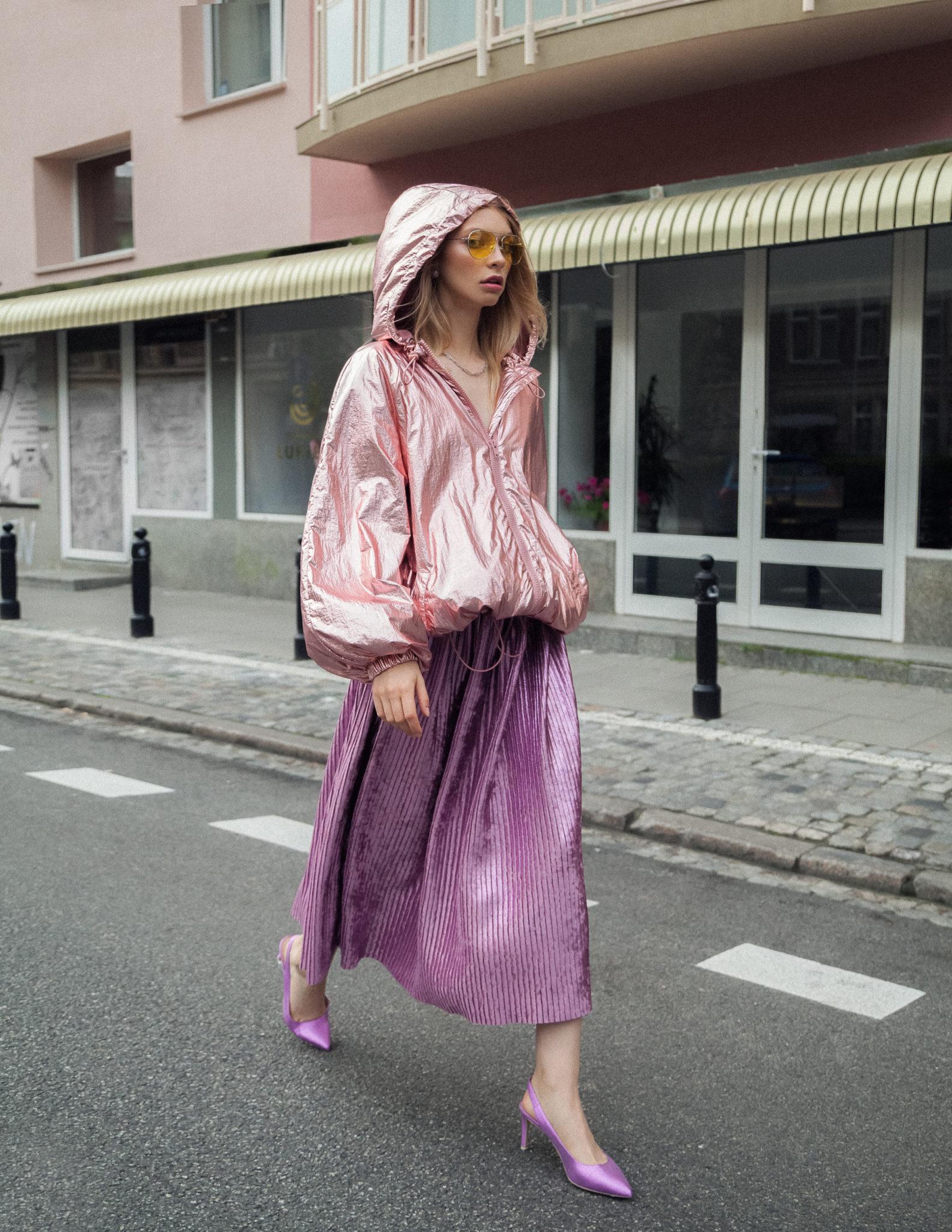 Zdjęcie dziewczyny w fioletowej spódnicy i różowej kurtce