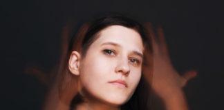 Portret dziewczyny na ciemnym tle
