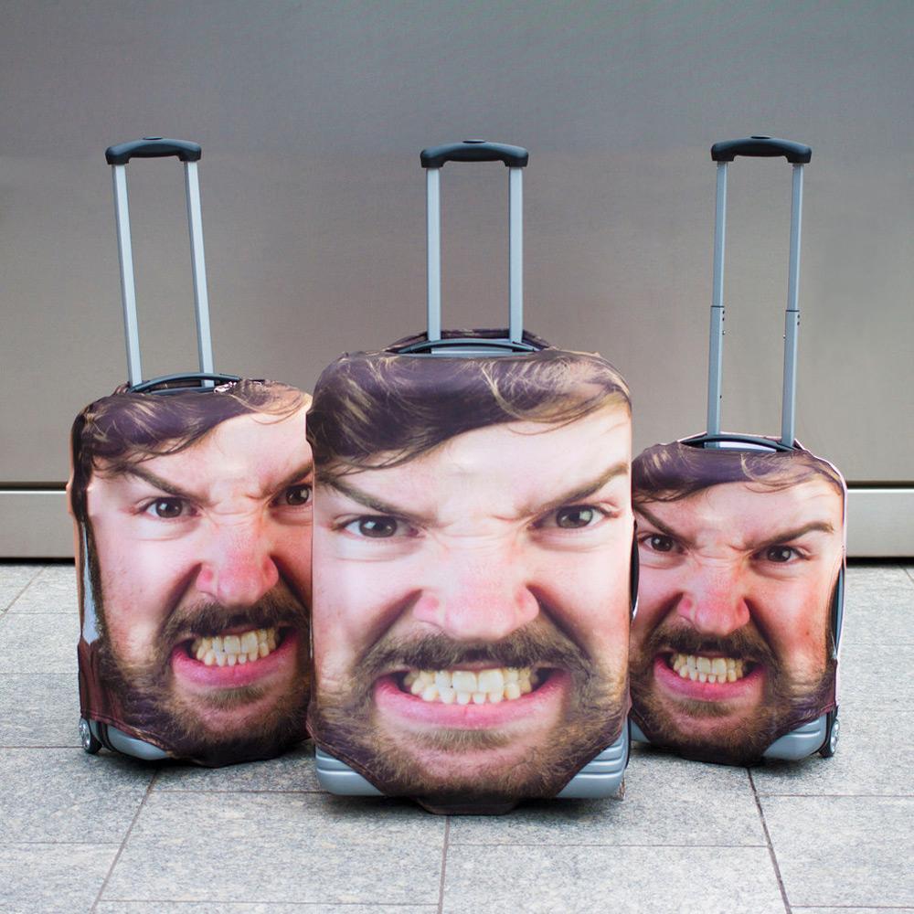 Trzy walizki stojące obok siebie, a na nich ta sama męska twarz z wyszczerzonymi zębami
