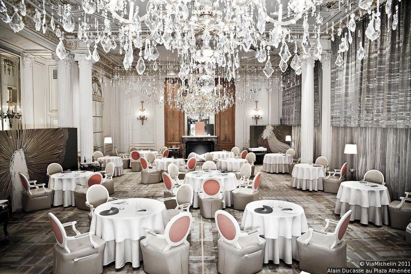 Wnętrze ekskluzywnej restauracji, w którym króluje kolor biały
