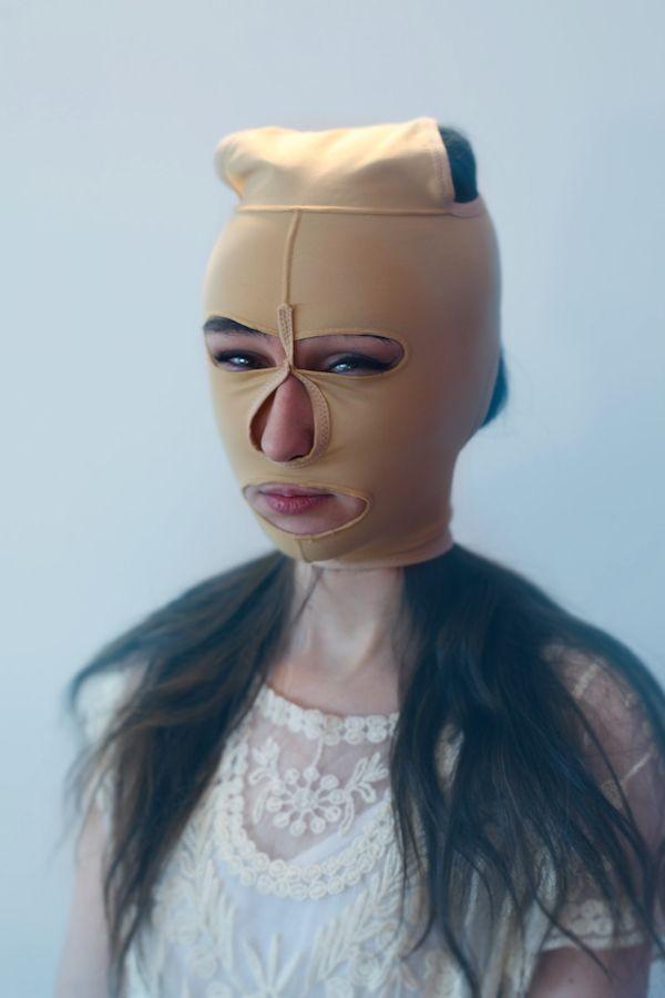 Portret dzieewczyny w cielistej kominiarce na głowie