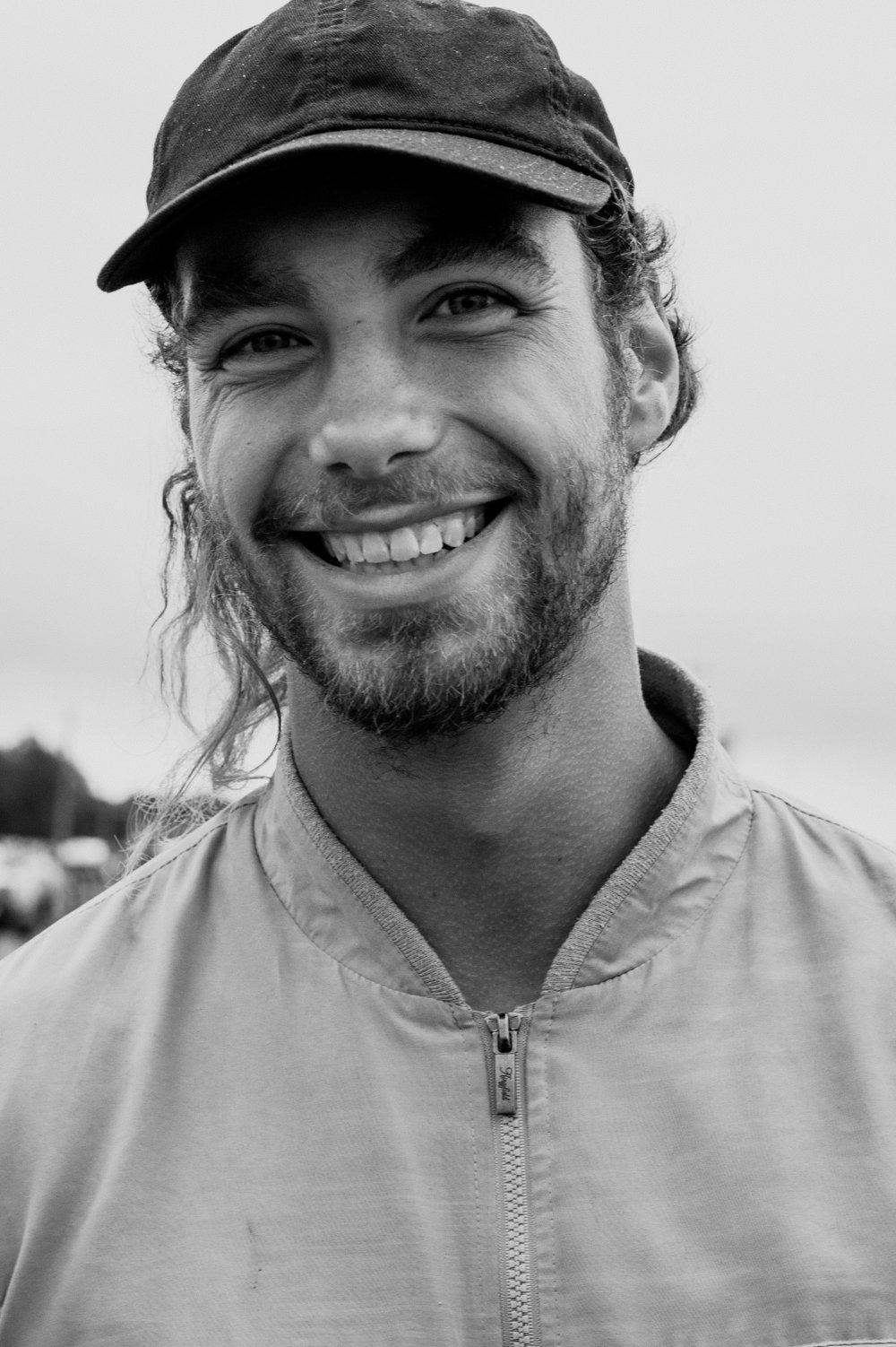 Uśmiechnięty mężczyzna w kurtce i czapce