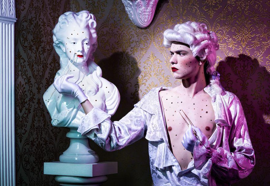 mężczyzna w peruce wymieniający piegi ze swoją rzeźbą