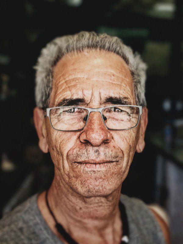 Mężczyzna po sześćdziesiątce.