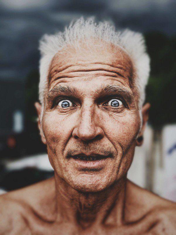 Siwy mężczyzna z szalonym wzrokiem.